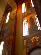 Настенная живопись собора с фрагментом древней фрески (посередине внизу)