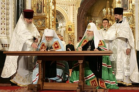 Solemn signing of the Act of Canonical Communion in the Cathedral of Christ the Savior, Moscow. Left to right: Archpriest Alexander Lebedev, First Hierarch of the ROCOR Metropolitan Laurus, Patriarch Alexy II of Moscow and All Russia, Protopriest Nikolai Balashov. 17 May 2007