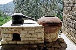 Практически все перегонные кубы XV - XVIII вв. во всех странах были устроены одинаково. Простая каменная печь, в которую встроен куб со шлемом и труба ведущая к ёмкости с водой.