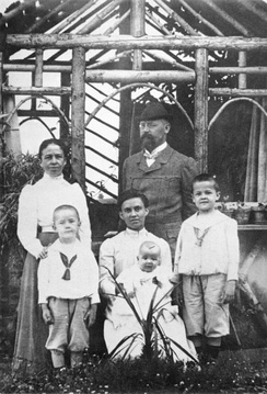 Gebhard and Anna Himmler (standing) with their three children: Heinrich (left), Ernst (centre) and Gebhard (right) in a 1906 photograph