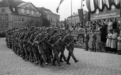 Officers of the East German Volkspolizei parading through the streets of Neustrelitz in 1955. The StG 44 remained in service with the organization until the early 1960s.