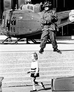 Canadian Forces stand guard in downtown Montreal. (Image: Montreal Gazette October 18, 1970)
