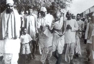 Mahatma Gandhi (centre-right) and Rajendra Prasad (centre-left) on their way to meet the viceroy, Lord Linlithgow, on 13 October 1939, after the outbreak of World War II