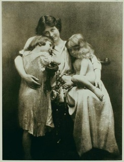 Duncan with her children Deirdre and Patrick, in 1913