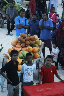 Traders and children waiting at the harbour of Rinbudhoo (Dhaalu Atoll)