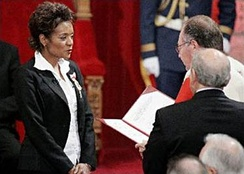 Michaëlle Jean reciting the oaths of office as administered by Puisne Justice Michel Bastarache, 27 September 2005
