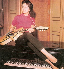 With her Anelli piano and a Giemmei guitar at home in Cremona, 1959