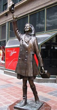 A statue, designed by Gwen Gillen, at Nicollet Mall in Minneapolis replicates the Tam o'Shanter-tossing image that opened The Mary Tyler Moore Show.[95]