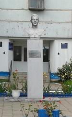 Бюст Героя Советского Союза, лётчика Е. Д. Басулина