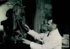 Скульптор Е. Вучетич работает над созданием макета памятника «Воин-освободитель».